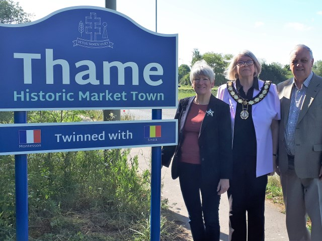 Councillors Helena Fickling, Ann Midwinter and David Bretherton with one of the new Thame Gateway Sign